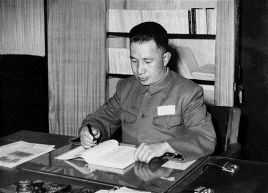 粟裕被毛泽东誉为「淮海战役第一功」,却栽在金门古宁头一役上,他所规划的攻台方案也因韩战爆发而未能执行。(图/公开档案)