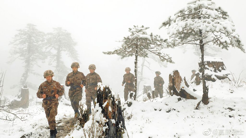 解放军西藏军区士兵冬季行军。(取自西藏军区官方微博@高原战士)