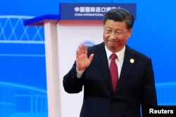 中国国家主席习近平在上海举行的第二届中国国际进口博览会开幕式上讲话后向与会者招手。(2019年11月5日)