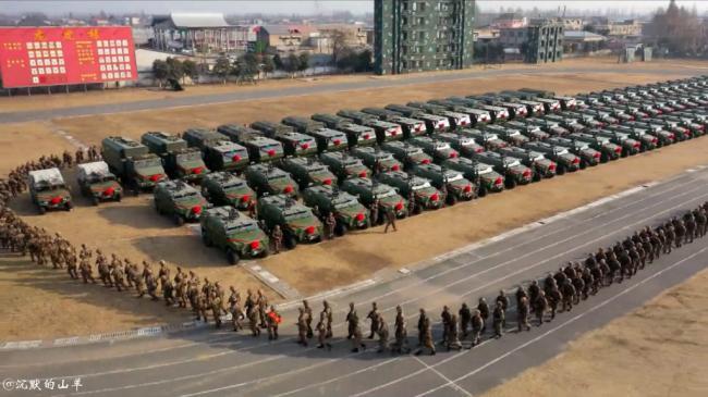 """解放军特战旅大规模装备""""猛士""""装甲车"""