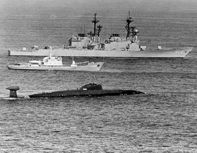 苏联间谍船贴脸围观美军核潜艇发射弹道导弹