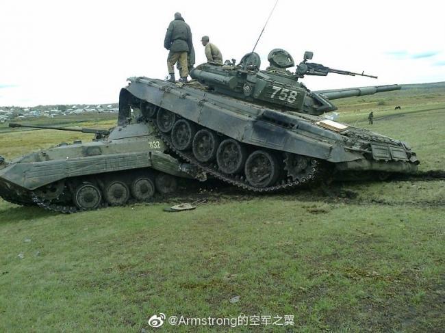 重量级车祸:T-72B装上BMP-2 结果惨烈