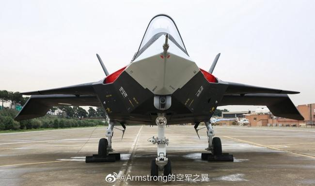 伊朗展示其自行研制的隐身战斗机