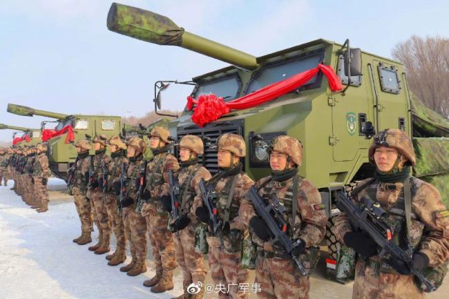 新疆军区大规模列装155毫米卡车炮