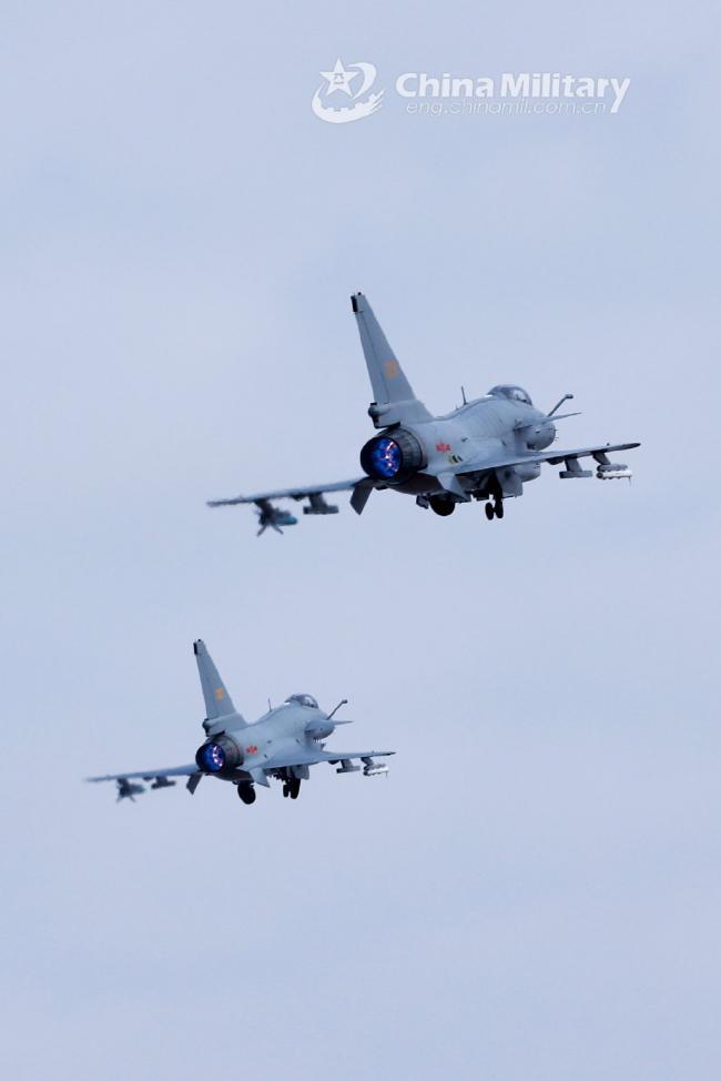 两架歼10挂弹齐飞!你能看出它们的区别吗?