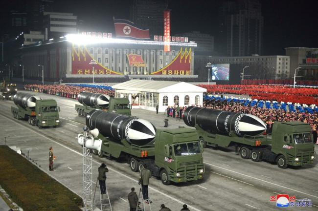 朝鲜深夜阅兵:无一人戴口罩 武器亮眼