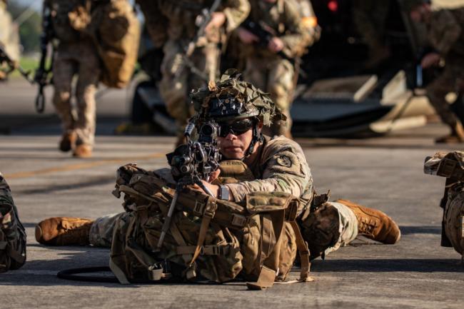 美军步兵师实战训练男女兵混编作战