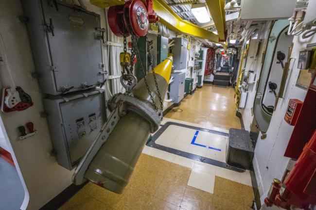 衣阿华战列舰1吨重的主炮炮弹如何运输?