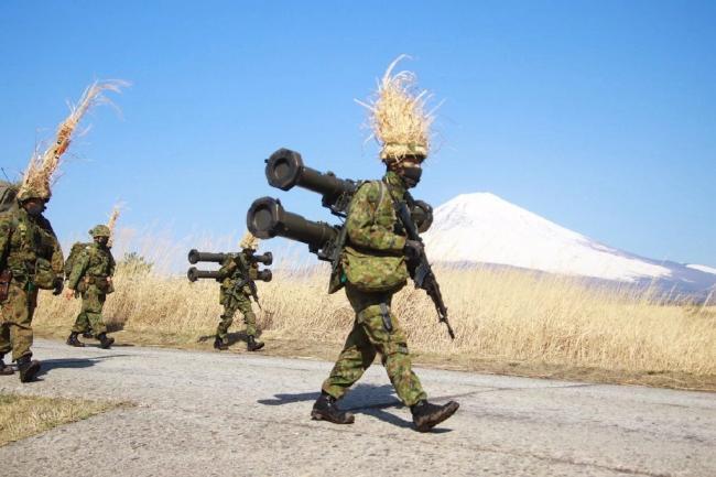 日本陆上自卫队训练,这是在cos赛亚人吗?