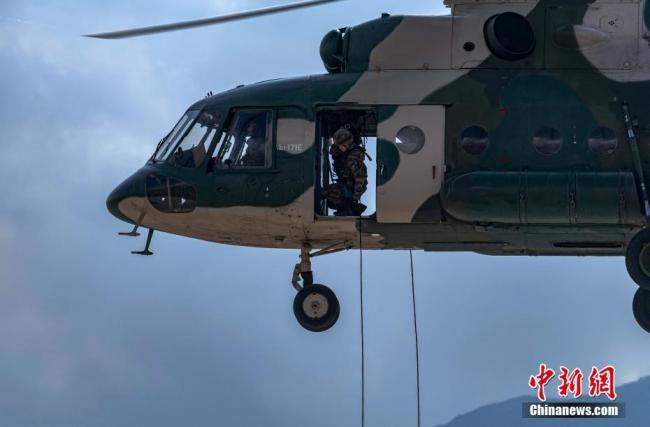 西藏高原女兵首次完成直升机武装机降