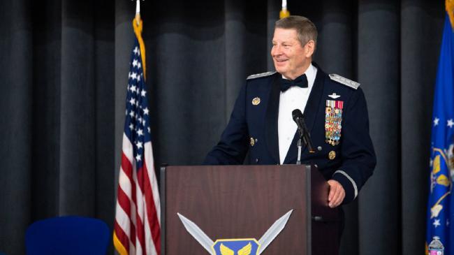美国空军上将退役,获得一柄大宝剑