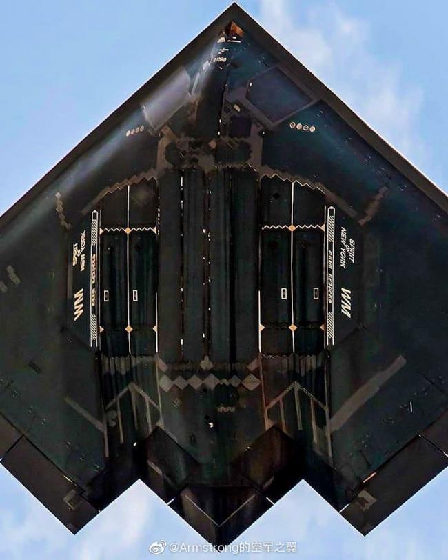 罕見美軍B2轟炸機腹部照:彈倉修補多次