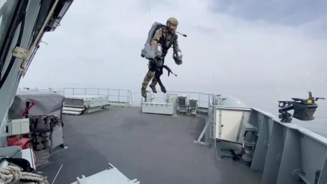 """很像""""鋼鐵俠""""!英國軍隊測試噴氣式飛行背包"""