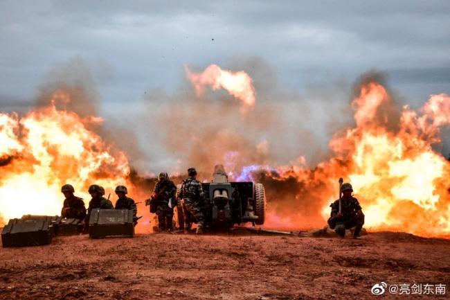 国产新型122毫米榴弹炮开火瞬间