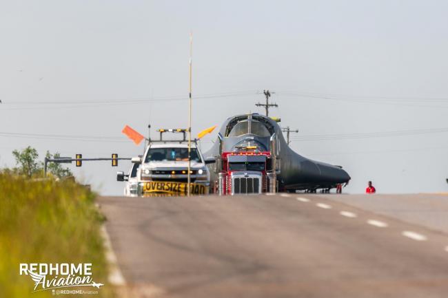 退役的B-1B轰炸机被运去切片扫描