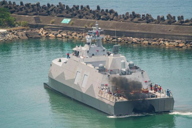 台湾双体导弹护卫舰首舰海试,黑烟很大