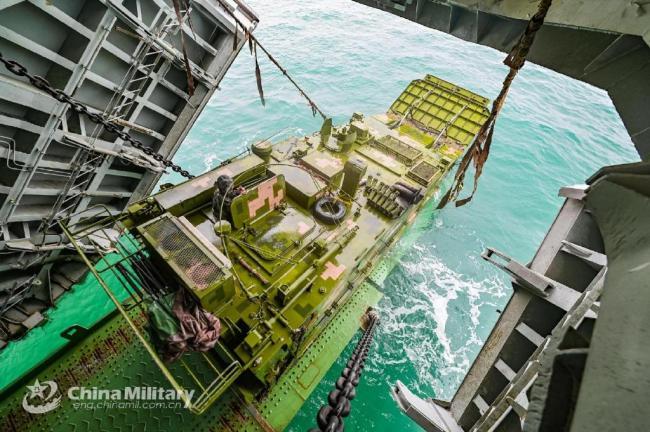 第一视角看05两栖突击车从登陆舰下水