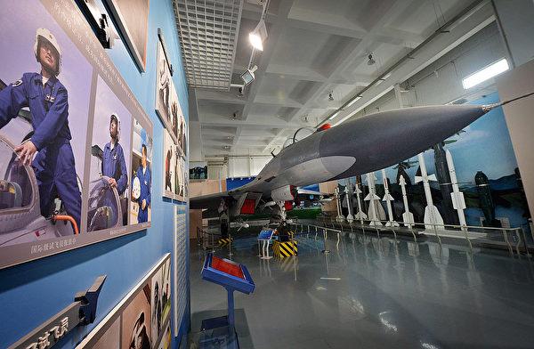 2013年12月4日,北京军事博物馆内展出的歼-11战斗机。(Mark Ralston/AFP via Getty Images)