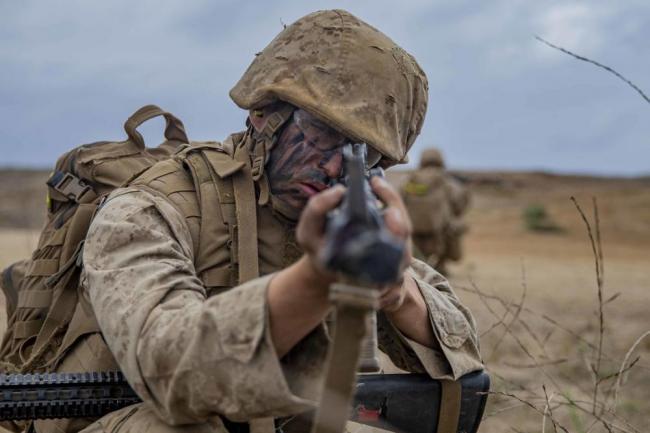 美国海军陆战队新兵演习也打着红旗冲锋