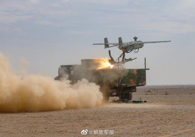 陆军大漠实弹军演 新型卡车炮发威