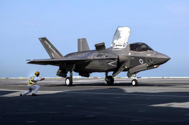 """英国女王号航母上的F-35B和""""女妖""""靶机"""