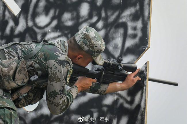 """一枪毙""""敌""""!狙击手实弹射击训练现场"""