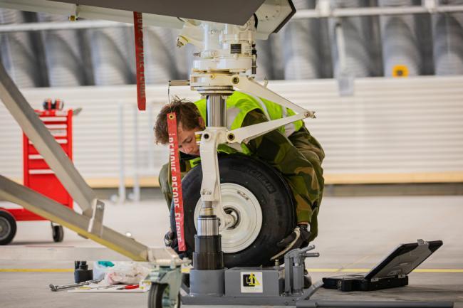 看看F-35A战斗机是如何更换起落架轮胎的