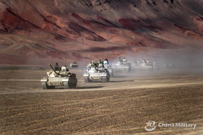 新疆军区88式主战坦克戈壁集群出击