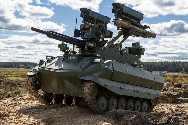 俄罗斯军演出动战斗机器人:武装到牙齿