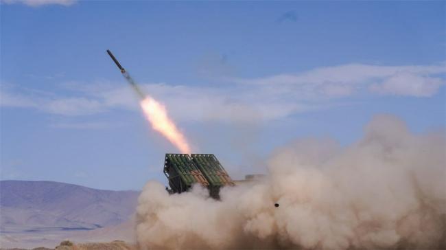 新疆军区某火力团:海拔5300米 新型火箭炮实弹射击