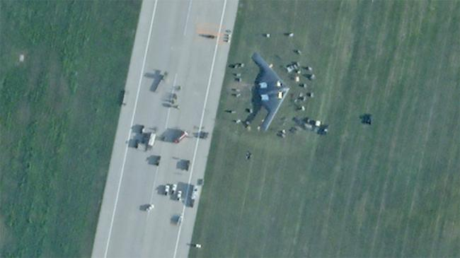 现场实拍!美军B2轰炸机迫降冲出跑道卫星图