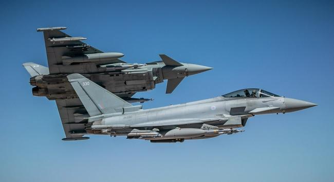 """英国空军""""台风""""战机空袭伊拉克目标"""