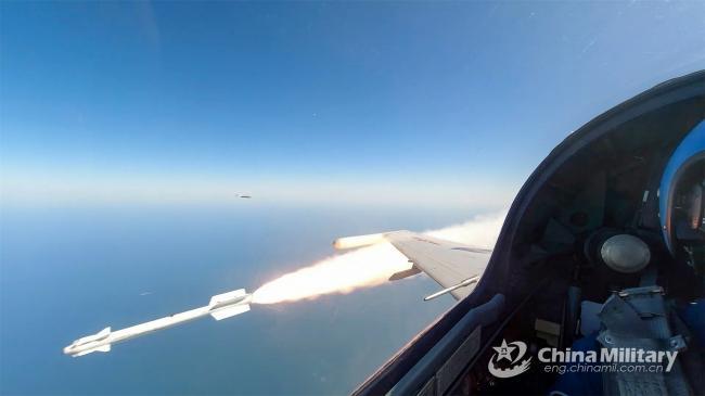 海军歼-10AH战斗机发射R73导弹瞬间