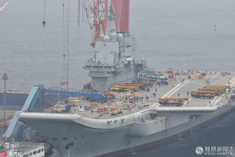 国产航母海试倒计时 多辆起重设备上舰