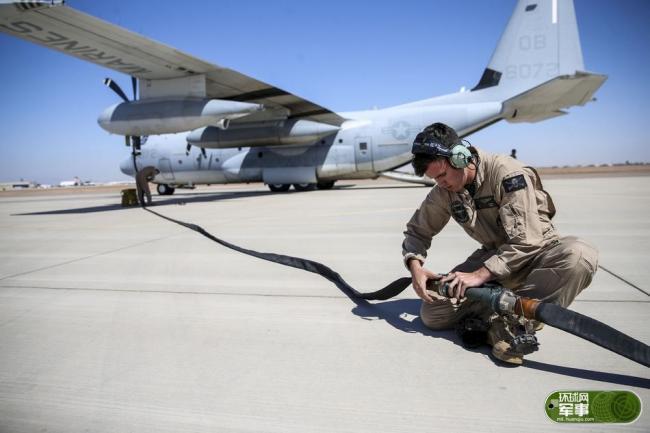 美军陆战队F-35B通过KC130加油机地面加油