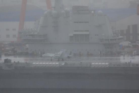国产航母进行舰载机上舰准备 歼15模型现身