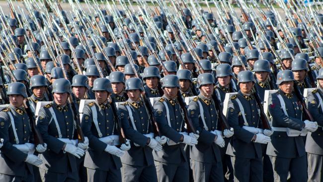 智利阅兵风格很混搭:现代和复古融合