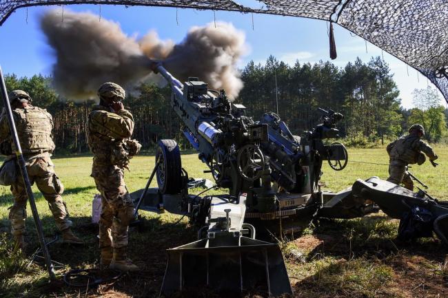 美军M777榴弹炮发射细节:全程手动操作