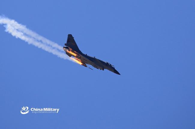 解放军歼10C战机实弹训练猛打火箭弹