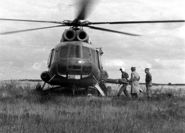 波兰空军和工兵清理河流冰冻 用古董直升机