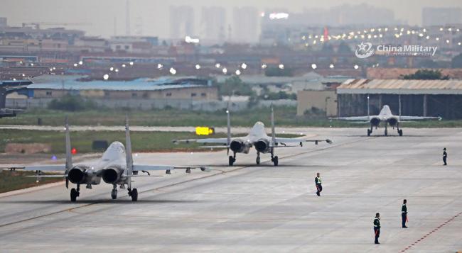 空军战机跑道排队起飞