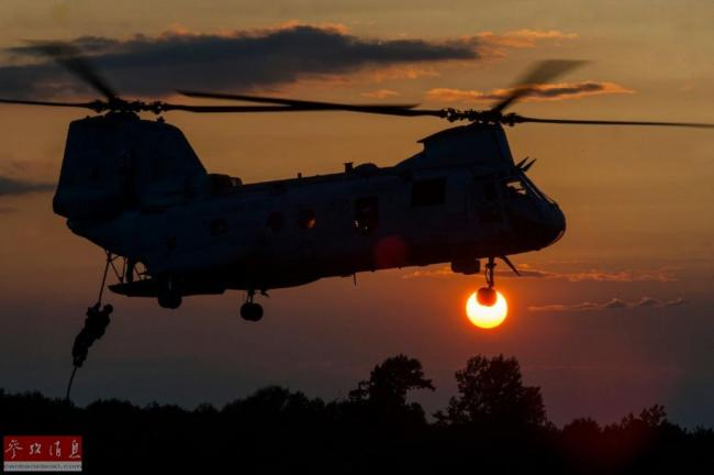 从霞光中出击!多国军用直升机出动美图