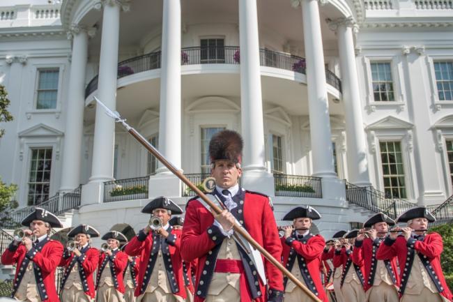美军古典装扮在白宫前进行例行巡演