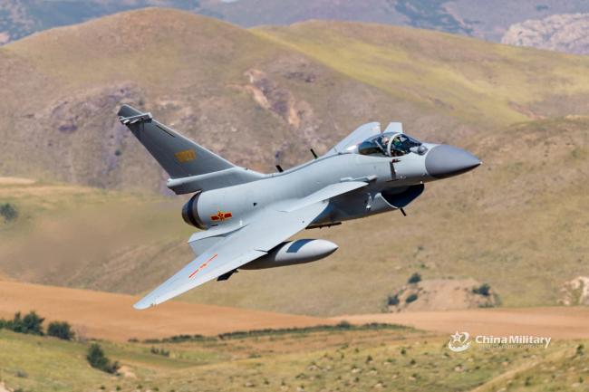 中國空軍演練 殲10C戰斗機鑽山谷飛行