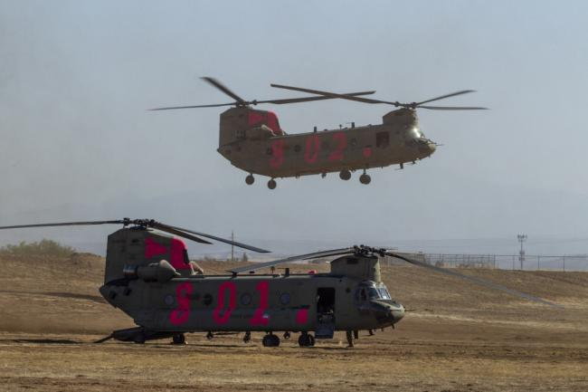 美陆军出动直升机灭火 机身涂装亮眼