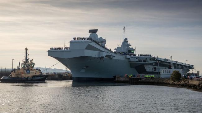 英威尔士亲王号航母首航 舰上人头攒动