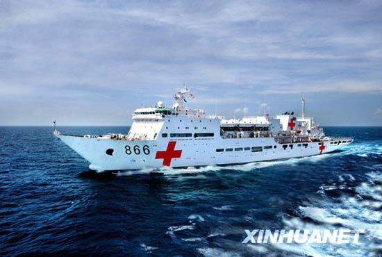 组图:首艘国产大型医院船命名授旗