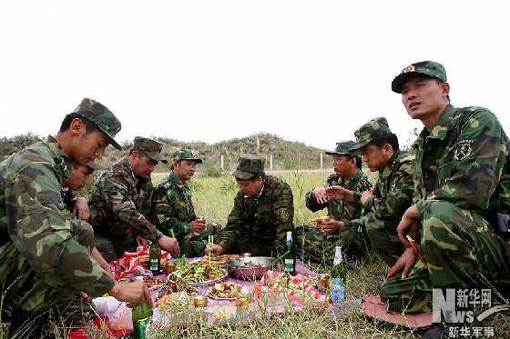 新疆边防巡逻队的午餐 貌似还可以 组图