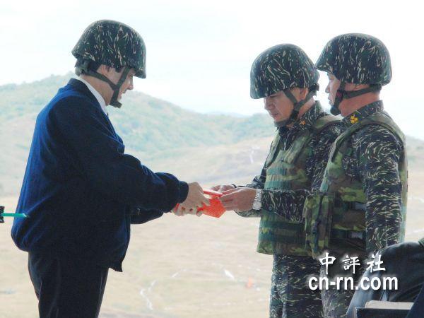 (组图)马英九载钢盔视察军队:备战但不求战