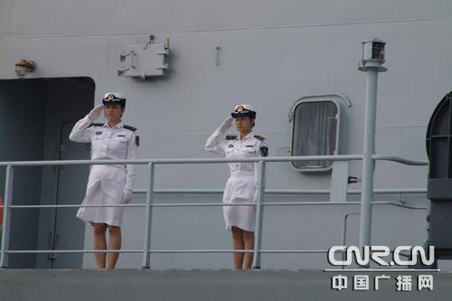 随舰的两名年轻漂亮的女军人特别引人关注 (图)